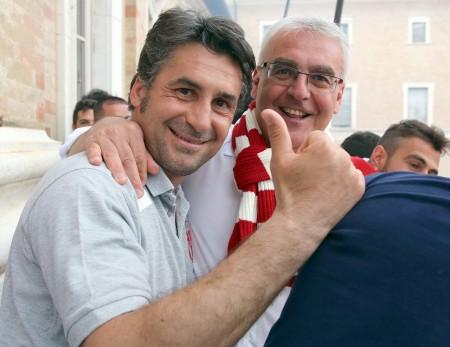 Mister Beppe Magi con il sindaco Romano Carancini. L'ex allenatore della Maceratese ha vinto il campionato con il Gubbio