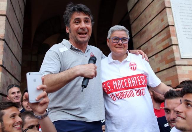 Mister Magi e Mariella Tardella durante la festa in piazza della Libertà  per la promozione della Maceratese