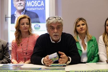 Maurizio Mosca sabato durante la presentazione della lista Città Viva, l'unica in cui le donne rappresentano la maggioranza (al suo fianco Marina Santucci e Sabrina De Padova)