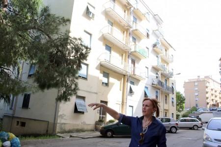 La candidata sindaco Deborah Pantana davanti alle palazzine di via Zorli