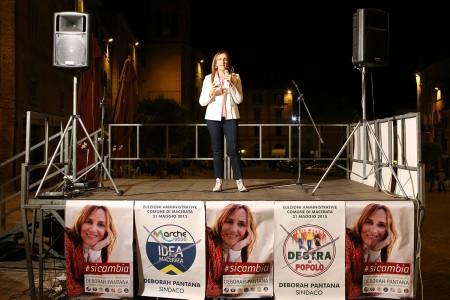 Deborah pantana sul palco di piazza Mazzini