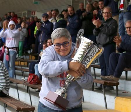 Maria Francesca Tardella con la coppa vinta quest'anno