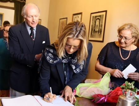 Tèa Leoni firma il registro degli ospiti al Comune di Macerata