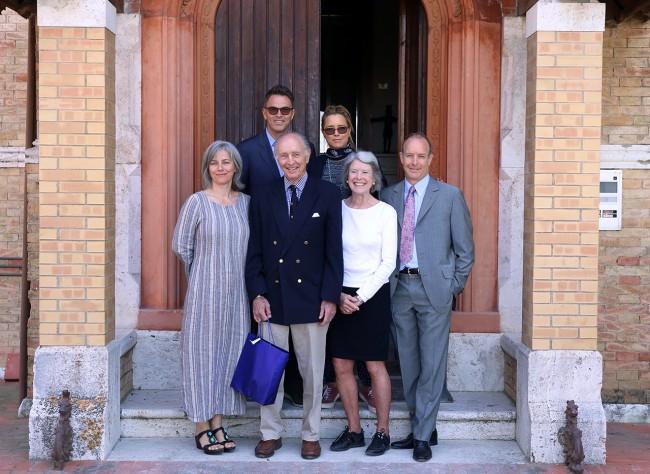 Foto con i familiari davanti al mausoleo