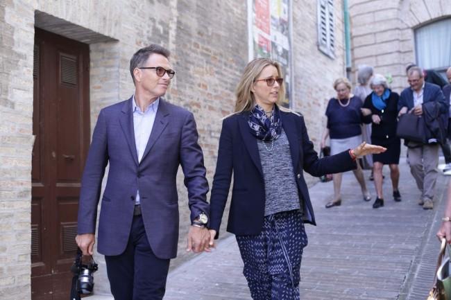 Tim Daly e Tèa Leoni a passeggio in centro storico