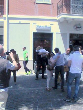 Tra-le-consigliere-di-GFP-Rosalba-Ubaldi-è-abbracciata-da-un-sostenitore.