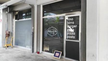 La vetrina del locale