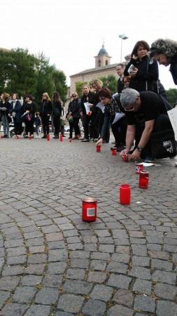 Insegnanti vestiti a lutto durante il flash mob