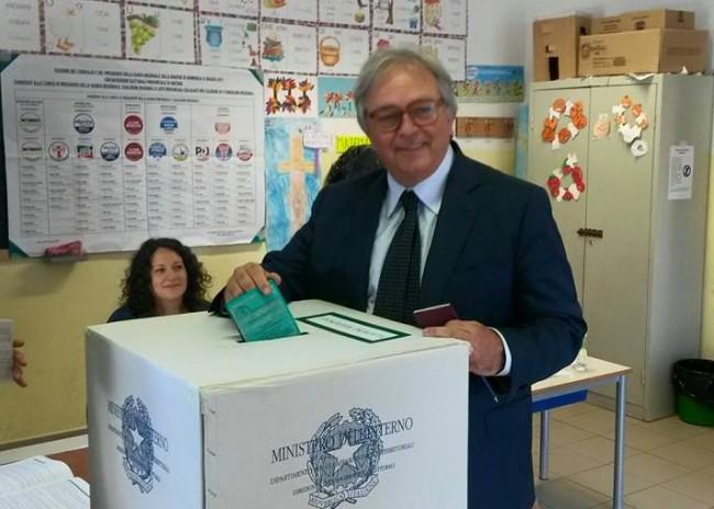 Gian Mario Spacca al voto a Fabriano