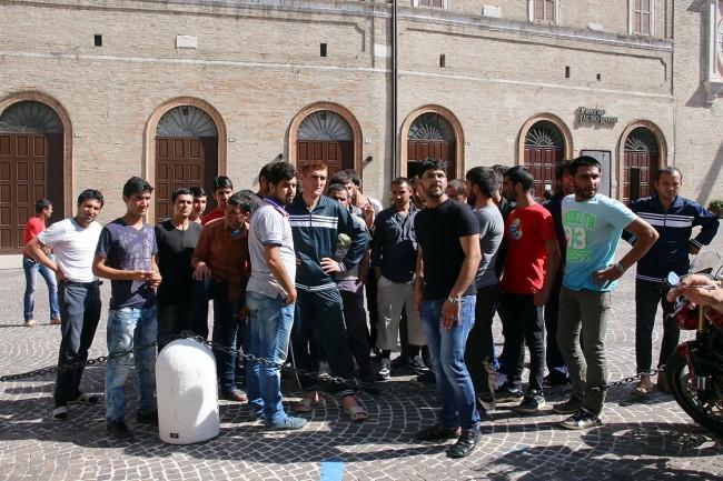 Afghani da Loro Piceno a Macerata foto LB (18)