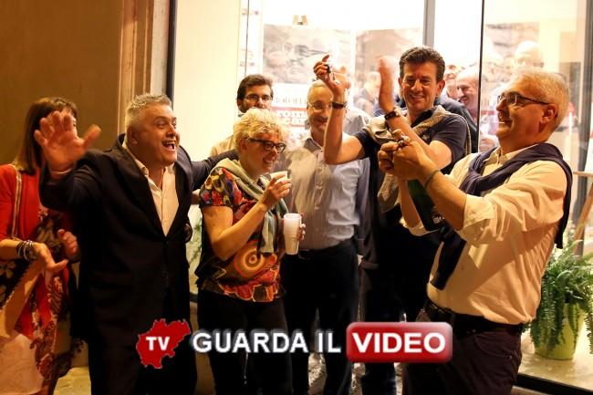 I primi festeggiamenti davanti alla sede elettorale di via Gramsci (clicca sull'immagine per guardare il video)