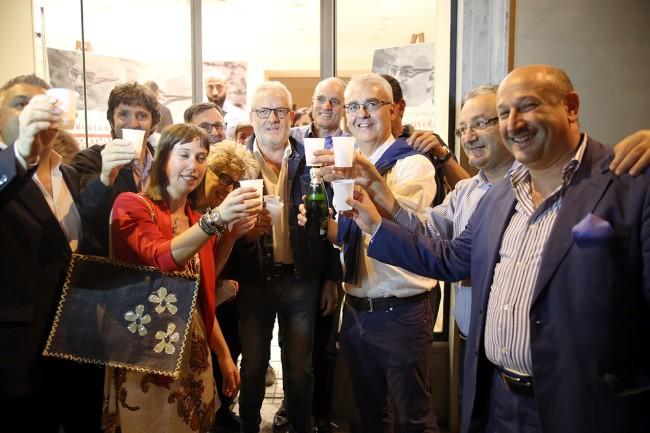 Romano Carancini brinda con i suoi dopo l'esito del ballottaggio