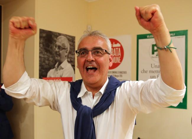 Romano Carancini esulta per la vittoria al ballottaggio
