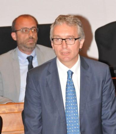 Il presidente Ceriscioli e sullo sfondo il presidente dell'assemblea Mastrovincenzo