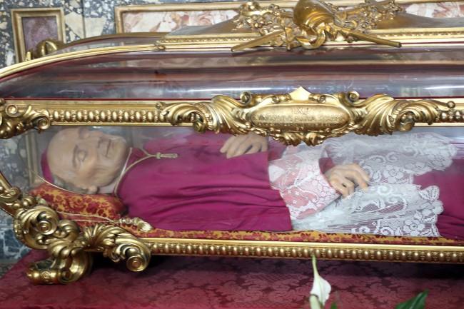 Il crocifisso stava sul petto mentre l'anello era all'anulare della mano destra