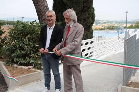 Il sindaco Romano Carancini con Alfonso Cacchiarelli, lo scorso giugno durante il taglio del nastro della piscina della Filarmonica