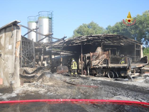 Il deposito dove è divampato l'incendio