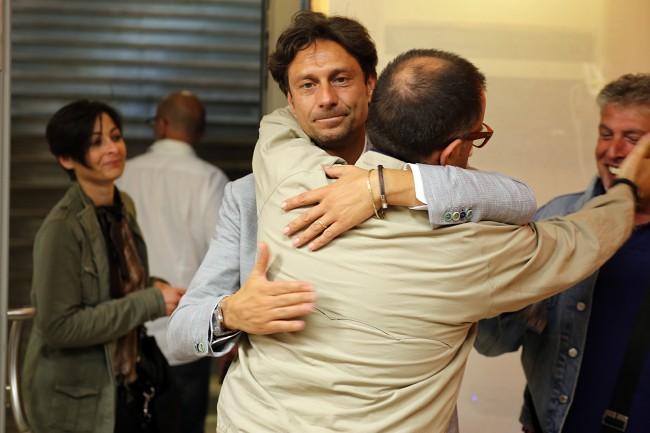 L'abbraccio tra Francesco Luciani e Riccardo Sacchi, consiglieri comunali uscenti riconfermati all'opposizione