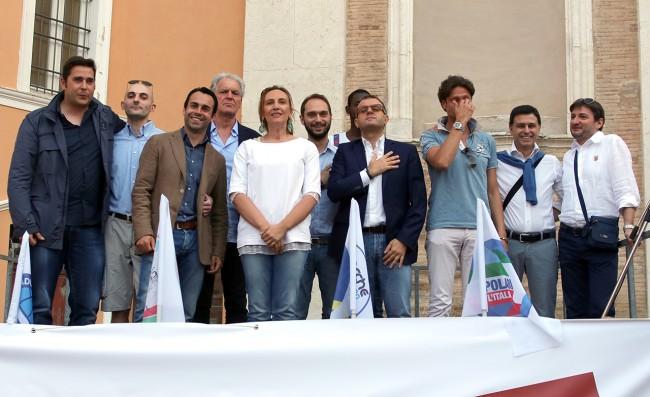 Deborah Pantana e i suoi cantano l'Inno d'Italia in piazza della Vittoria