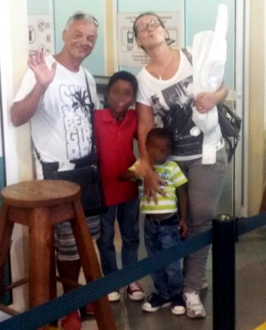 La coppia prima di partire da Santo Domingo con i due fratellini
