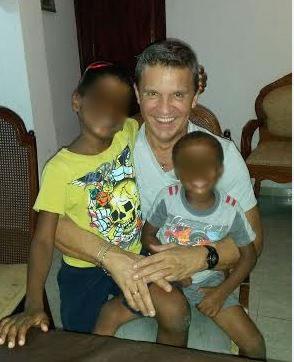 Aldo Burzatta, il delegato per le adozioni, con i fratellini adottati a Santo Domingo