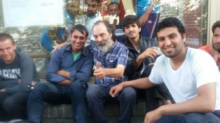 Il presidente del Gus Paolo Bernabucci in un selfie insieme con i richiedenti asilo