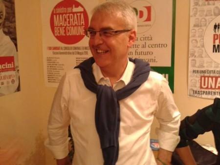 Romano Carancini contento dopo i primi risultati nella sede di via Gramsci