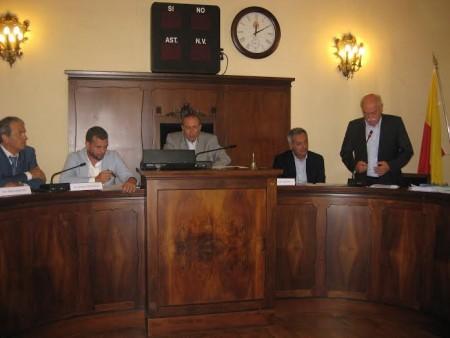 Nella foto il senatore Mario Morgoni assieme al sindaco Tommaso Corvatta, al presidente della provincia Antonio Pettinari e altri esponenti della commissione di indagine sui rifiuti