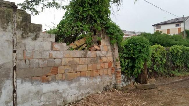 Una parte di muro caduto nelle vicinanze dello chalet La Contessa, sul lungomare nord
