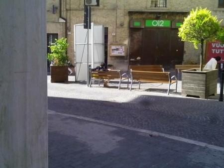 La donna trovata sulla panchina (foto Roberto Andreoli del bar Mercurio)