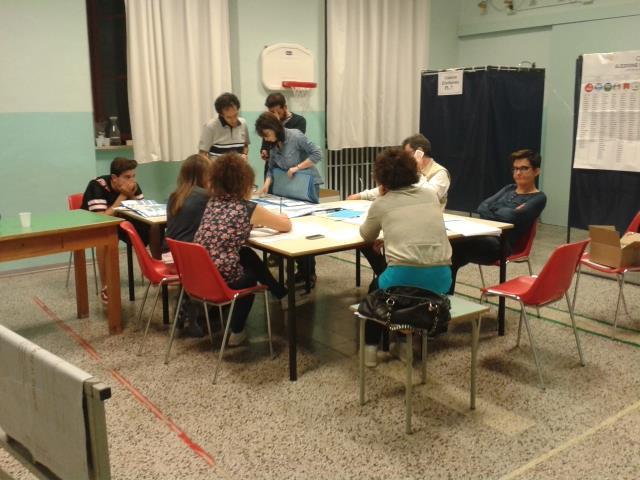 Lo scrutino alla scuola De Amicis, le operazioni sono andate avanti fino a tarda notte