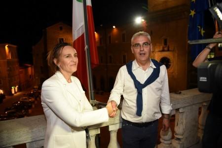 L'incontro sul balcone del Comune tra i due candidati sindaco dopo i risultati del ballottaggio