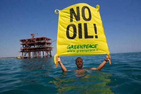 Un attivista con il cartello per fermare le trivellazioni in Adriatico