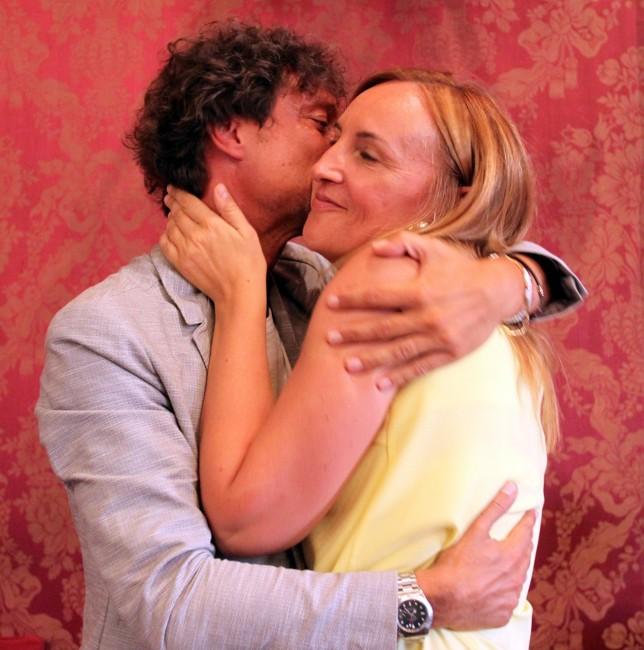 L'ABBRACCIO tra Francesco Luciani e Deborah Pantana per l'elezione del primo a vicepresidente del Consiglio