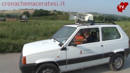 L'auto del comune di Tolentino avvisa la popolazione di tenere le finestre chiuse