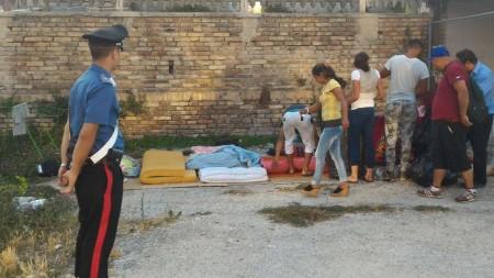 Uno dei blitz dei carabinieri per lo sgombero dei rom dall'area