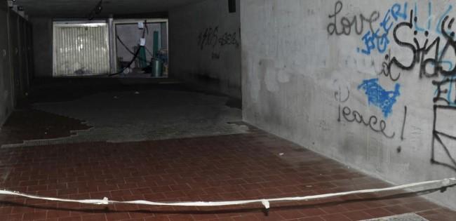 L'interno del garage dove è stato trovato il corpo dello sconosciuto