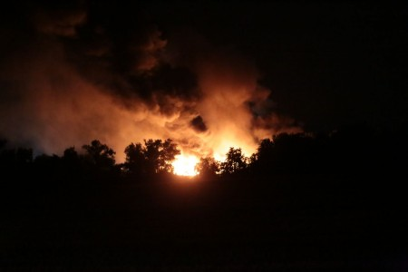 Le fiamme e la coltre di fumo sopra lo stabilimento del Cosmari