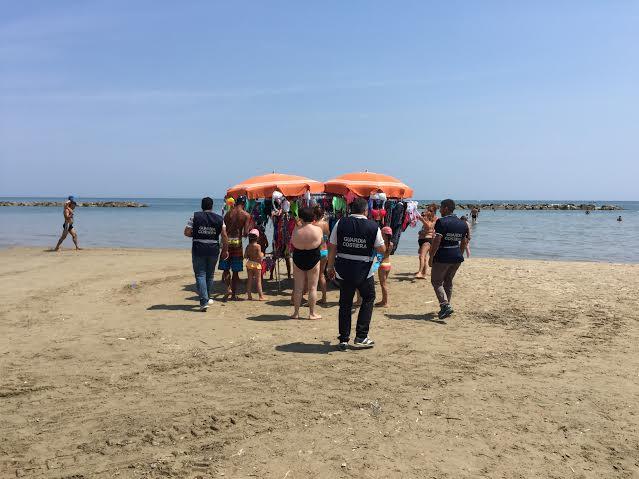 vu cumprà spiaggia civitanova