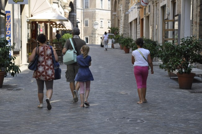 Una famiglia di turisti a spasso per le vie del centro (Foto di Massimo Scoponi)