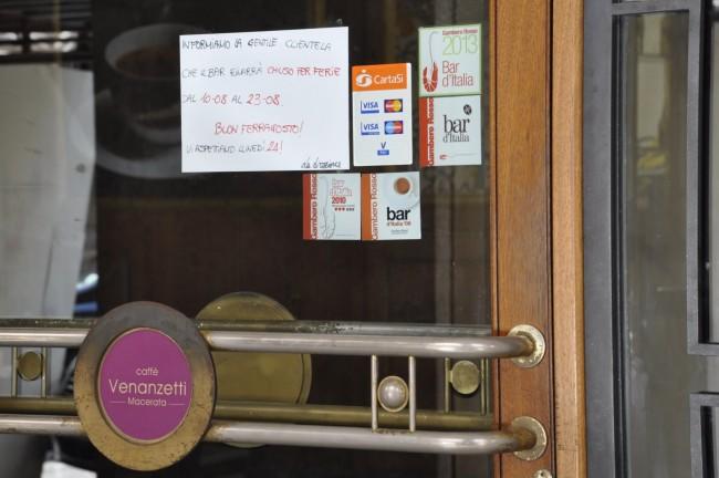 Il bar Venanzetti di corso Matteotti, chiuso per ferie