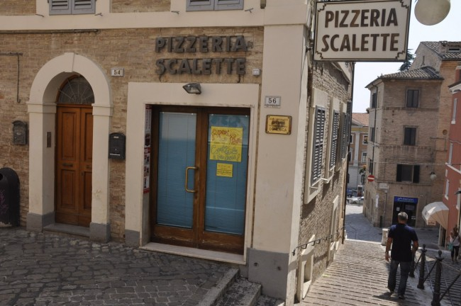 Locali chiusi per ferie(pizzeria le scalette) foto MS 16