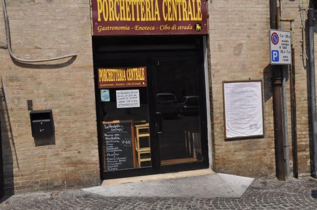 Locali chiusi per ferie(porchetteria centrale) foto MS 18