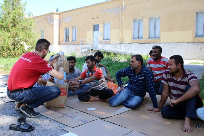 Profughi pakistani aiutati dalla Croce Rossa di Macerata