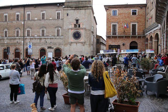 Turisti-Macerata-trenino_Foto-LB-1-650x433