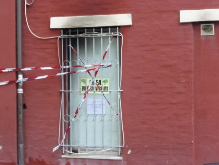 Il davanzale della finestra dove sono state rinvenute tracce di liquido infiammabile