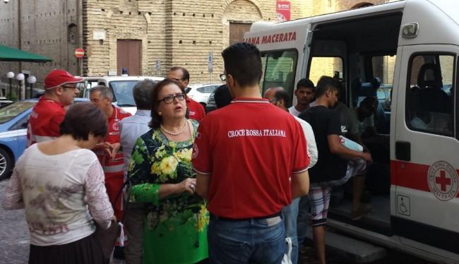 La presidente della Croce Rossa di Macerata, Rosaria del Balzo Ruiti, al centro, con i volontari e i richiedenti asilo pakistani