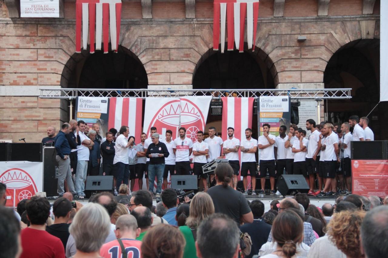 presentazione squadra maceratese piazza libertà foto ap 4