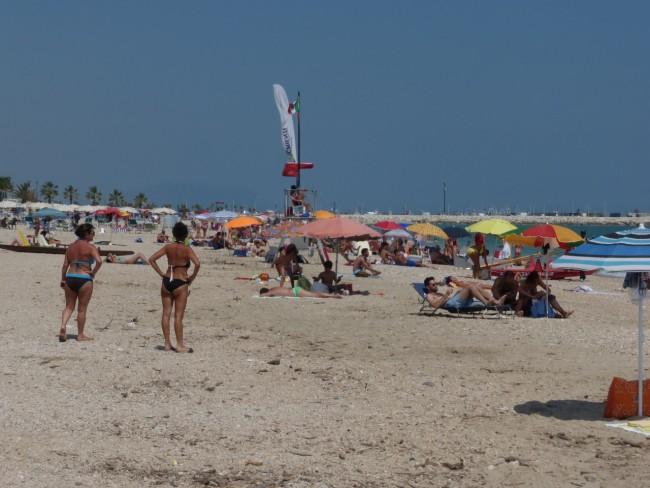 spiaggia libera civitanova sporcizia3