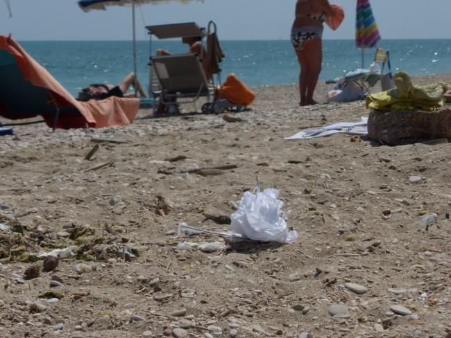spiaggia libera civitanova sporcizia41
